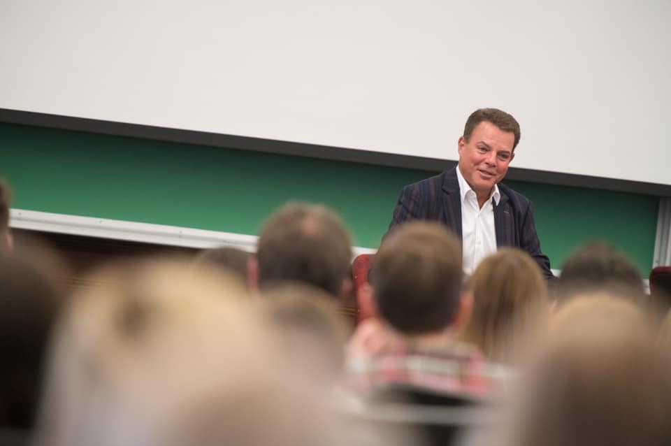 Shepard Smith speaks with students. All photos on this page are from professors and University Communications.